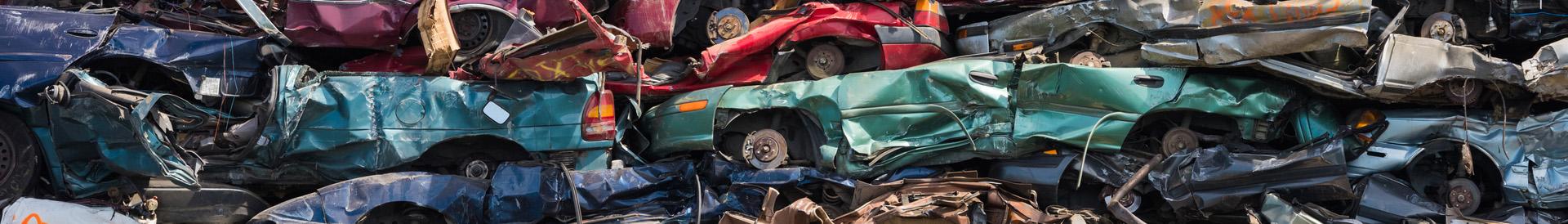 widok ułożonych aut na złomowisku